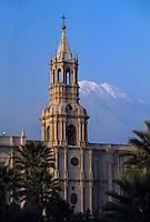 Amérique/Amérique du Sud/Pérou/Arequipa : Plaza de Armas - La cathédrale reconstruite par deux fois au XVIII° à la suite d'un incendie puis d'un tremblement de terre