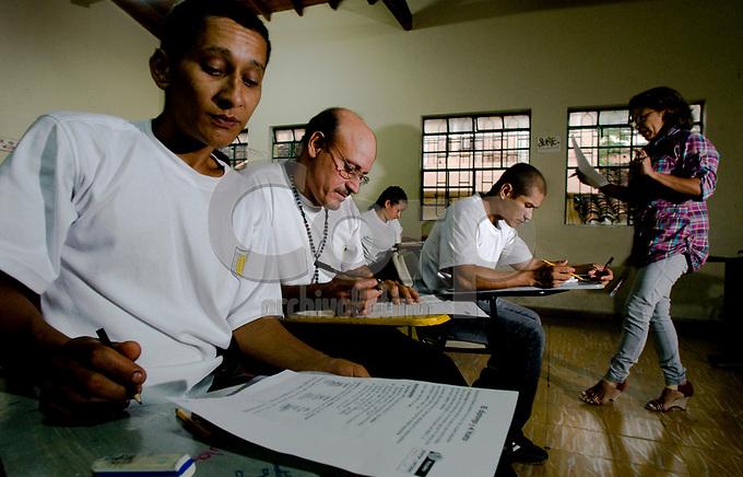 Alfabetizacion de adultos, empleados de la empresa Zancudo Gold en Titiribi, Colombia