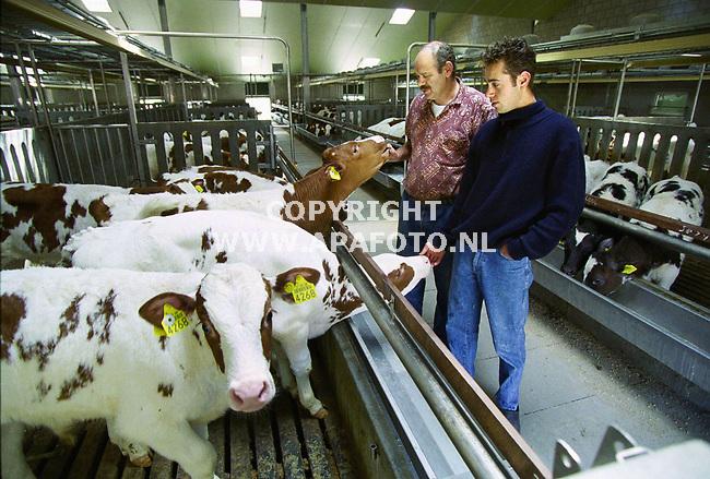 Herpen , 180500  Foto:Koos Groenewold / APA Foto<br />Dhr Gremie met zijn zoon Anthonie in de nieuwe stal voor groepshuisvesting van vleeskalveren.