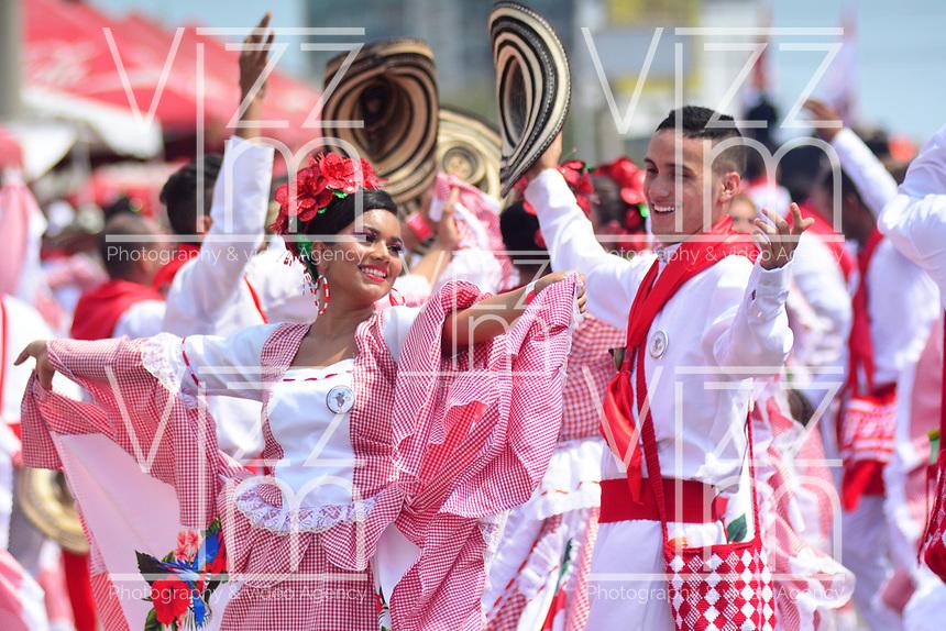 BARRANQUILLA - COLOMBIA, 02-03-2019: Artistas bailan durante el desfile Batalla de Flores del Carnaval de Barranquilla 2019, patrimonio inmaterial de la humanidad, que se lleva a cabo entre el 2 y el 5 de marzo de 2019 en la ciudad de Barranquilla. / Artists with a traditional custom perform during the Batalla de las Flores as part of the Barranquilla Carnival 2019, intangible heritage of mankind, that be held between March 2 to 5, 2019, at Barranquilla city. Photo: VizzorImage / Alfonso Cervantes / Cont.