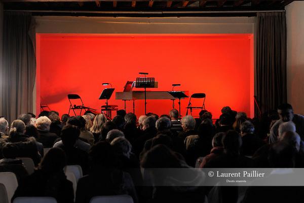 FRISSON BAROQUE 2012..Le théâtre intime de Haendel..Compagnie : Les lunes du cousin Jacques..Avec :..Annabelle Bray : violoncelle..Aurore Bucher : soprano..Frédéric Hernandez : clavecin..Diego Salamanca : théorbe..Benoit Toïgo : flûte à bec..Lieu : La grange..Ville : Conches sur Gondoire..le 28/01/2012..© Laurent Paillier / photosdedanse.com..All rights reserved