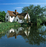 Great Britain, England, Suffolk, Flatford near East Bergholt: Willy Lott's Cottage on River Stour, made famous by John Constable's painting The Hay Wain | Grossbritannien, England, Suffolk, Flatford bei East Bergholt: Willy Lott's Cottage am Fluss Stour, bekannt durch John Constables Gemaelde The Hay Wain