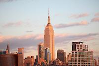Blick auf das Empire State Building in Manhattan bei Sonnenuntergang
