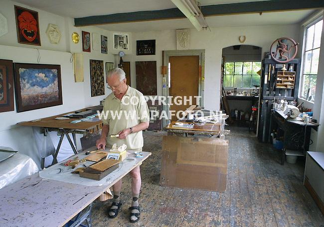 Velp, 310701<br />Restaurateur Co Jacobs aan het werk in zijn atelier.<br />Foto: Sjef Prins / APA Foto.