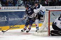 Eduard Lewandowski (Adler) gegen Stephan Willhelm (Straubing)<br /> Adler Mannheim vs. Straubing Tigers, SAP Arena<br /> *** Local Caption *** Foto ist honorarpflichtig! zzgl. gesetzl. MwSt. <br /> Auf Anfrage in hoeherer Qualitaet/Aufloesung. Belegexemplar an: Marc Schueler, Am Ziegelfalltor 4, 64625 Bensheim, Tel. +49 (0) 6251 86 96 134, www.gameday-mediaservices.de. Email: marc.schueler@gameday-mediaservices.de, Bankverbindung: Volksbank Bergstrasse, Kto.: 151297, BLZ: 50960101