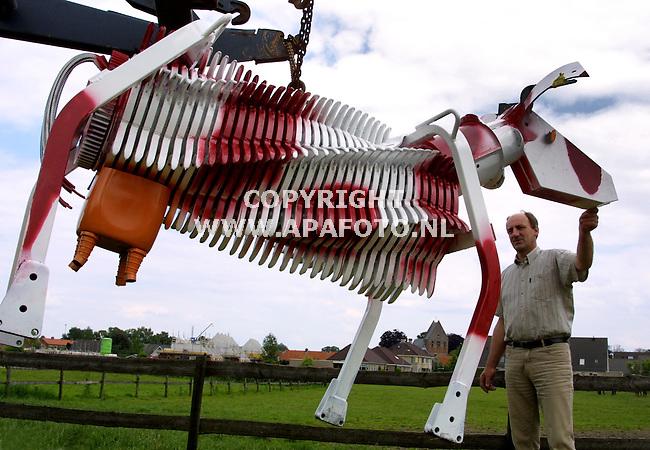 terwolde 090601 jan ruitenbeek met zijn kunstwerk voor de gevallen mkz-rubderen, gemaakt uit onderdelen van oude landbouwmachines.<br />foto frans ypma APA-foto
