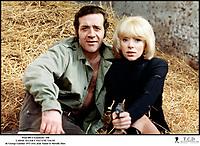 Prod DB © Gaumont / DR<br /> LAISSE ALLER C'EST UNE VALSE (LAISSE ALLER C'EST UNE VALSE) de George Lautner 1971 FRA<br /> avec Jean Yanne et Mireille Darc<br /> pistolet