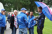 FIERLJEPPEN: GRIJPSKERK: 08-07-2015, wedstrijd afgelast door regen, TC ers overleggen met fierljepper Thewis Hobma, ©foto Martin de Jong