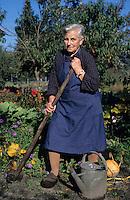Europe/France/Aquitaine/40/Landes/Parc Naturel Régional des Landes de Gascogne/Marquèze (écomusée de la Grande Lande) /Sabres: Berthe Luxey dans son potager (AUTORISATION N°18)<br /> PHOTO D'ARCHIVES // ARCHIVAL IMAGES<br /> FRANCE 1990