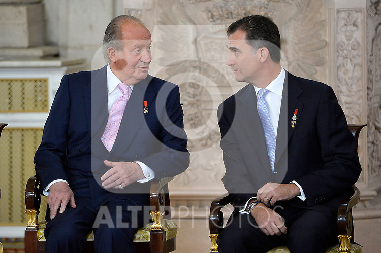 King Juan Carlos of Spain and Prince Felipe de Borbon attend the official abdication ceremony at the Royal Palace. June 18 ,2014. (ALTERPHOTOS/Pool)