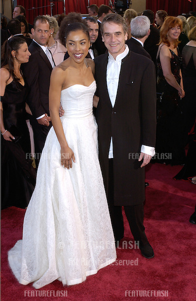 SOPHIE OKONEDO & JEREMY IRONS at the 77th Annual Academy Awards at the Kodak Theatre, Hollywood, CA.February 27, 2005; Los Angeles, CA..© Paul Smith / Featureflash