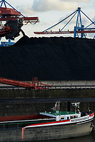 Germany, Hamburg, Hansaport import of coal and ore, loading of coal on inland ships for transport on river Elbe to coal power stations / DEUTSCHLAND, Hamburg, Hansaport, Import von Kohle und Erz, Verladung von Kohle auf Binnenschiffe zum Transport auf der Elbe zu Kraftwerken