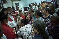 GUACARI - COLOMBIA: 19-04-2018. Feligreses oran a Jesús crucificado durante el viernes santo en la población de Guacarí, Valle del Cauca, Colombia, de la semana santa para los cristianos. / Parishioners pray to Jesus Christ during the holy Friday in  the town of Guacari, Valle del Cauca, Colombia as part of Easter Week to the Christians.  Photo: VizzorImage / Gabriel Aponte / Staff