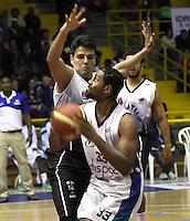BOGOTA -COLOMBIA, 12 -OCTUBRE-2014. Heberth Bayona   (Izq) de Piratas  en accion  con Hunter Randall  de Cimarrones durante partido por   La Liga  Directv de Baloncesto 2014-II , segundo encuentro de los playoffs en su cuarta version  , Piratas se impuso 87 a 72 a Cimarrones  igualando la serie, partido  jugado en el coliseo El Salitre . / Heberth Bayona  of Piratas (L) in action with  Hunter Randall  of Cimarrones  during game for The Directv Basketball League 2014-II, second game of the playoffs in its fourth version matching the series, Pirates won  87 to 72 to Cimarrones, played in coliseum El Salitre.Photo:VizzorImage / Felipe Caicedo / Staff