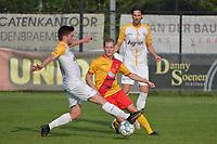 Eendracht Wervik - SC Wielsbeke :<br /> Jeroen Vlieghe (M) in de tang bij Ruben D'Hondt (L) en Jari Dejaegere (R)<br /> <br /> Foto VDB / Bart Vandenbroucke