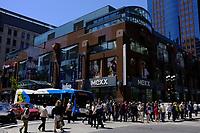 Rue Ste-Catherine et McGill College, a l'heure du lunch, été 2011<br /> <br /> Photo : Agence Quebec Presse.