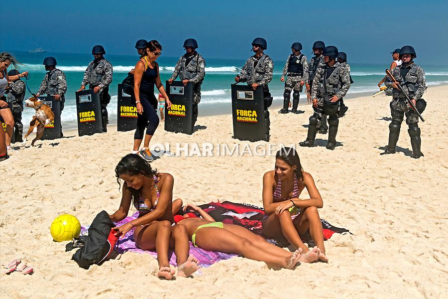 Pociamento  do Protesto contra o lelilão do Pre Sal. Barra da Tijuca. Rio de Janeiro. 2013. Foto de Luciana Whitaker.