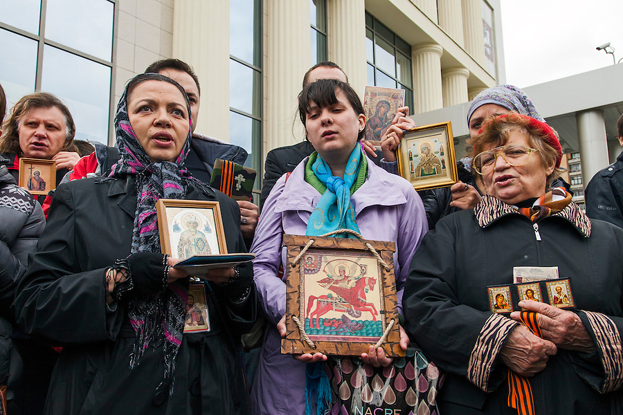 Moscow, Russia, 01/10/2012..Anti Pussy Riot protesters pray and sing hymns outside Moscow City Court. Supporters and opponents of band members Maria Alyokhina, Yekaterina Samutsevich and Nadezhda Tolokonnikova demonstrated outside the court as the three appealed against their two-year jail sentence for their performance in the Christ The Saviour Cathedral. The appeal was postponed until October 10th after Samutsevich fired her lawyer.