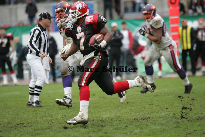 Shane Boyd (Quarterback COlogne Centurions) verfolgt von Travis Harris (Linebacker Frankfurt Galaxy)