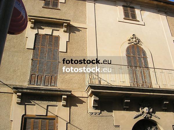 Facade with brown wood slatted shutters<br /> <br /> Fachada con persianas marrones<br /> <br /> Fassade mit braunen Fensterläden<br /> <br /> 2272 x 1704 px<br /> 150 dpi: 38,47 x 28,85 cm<br /> 300 dpi: 19,24 x 14,43 cm