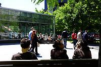 Square Victoria, a l'heure du lunch, été 2011<br /> <br /> Photo : Agence Quebec Presse.