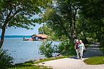 Deutschland, Bayern, Chiemgau, bei Uebersee-Feldwies: Seepromenade | Germany, Bavaria, Chiemgau, near Uebersee-Feldwies: lakeside promenade