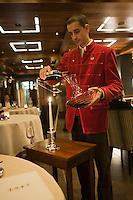 Europe/France/Rhone-Alpes/73/Savoie/Courchevel: Restaurant: Le 1947, au Cheval Blanc managé par Yannick Alleno- Service du vin par le sommelier [Non destiné à un usage publicitaire - Not intended for an advertising use]