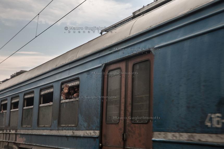 migranti salutano da un finestrino del treno<br />  migrants hails from a train window