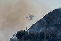 """Waldbrand nahe der Sizilianischen Kleinstadt Petralia Sottana in der Provinz Palermo am Freitag den 31. Juli 2020. Der Brand dauerte vom Morgen bis in die Abendstunden. Anwohner nannten als Grund fuer den Brand Zigaretten, welche moeglicher Weise gezielt aus dem Auto geworfen wurden, da es neben der Strasse an mehreren Stellen fast zeitgleich anfing zu brennen.<br /> Im Bild: Ein """"K7 S-64 Air Crane"""" Loeschhubschrauber der Sizilianischen Forstbehoerde (Corpo Forestale) beim Loescheinsatz.<br /> Der Hubschrauber der US-Firma Erickson verfuegt ueber einen Schnorchel, ueber den 10.000 Liter Loeschwasser im Flug aufgenommen werden.<br /> 31.7.2020, Petralia Sottana<br /> Copyright: Christian-Ditsch.de<br /> NUR FUER REDAKTIONELLE ZWECKE! Werbung nur auf Anfrage beim Fotografen. [Inhaltsveraendernde Manipulation des Fotos nur nach ausdruecklicher Genehmigung des Fotografen. Vereinbarungen ueber Abtretung von Persoenlichkeitsrechten/Model Release der abgebildeten Person/Personen liegen nicht vor. NO MODEL RELEASE! Don't publish without copyright Christian-Ditsch.de, Veroeffentlichung nur mit Fotografennennung, sowie gegen Honorar, MwSt. und Beleg. Konto: I N G - D i B a, IBAN DE58500105175400192269, BIC INGDDEFFXXX, Kontakt: post@christian-ditsch.de<br /> Bei der Bearbeitung der Dateiinformationen darf die Urheberkennzeichnung in den EXIF- und  IPTC-Daten nicht entfernt werden, diese sind in digitalen Medien nach §95c UrhG rechtlich geschuetzt. Der Urhebervermerk wird gemaess §13 UrhG verlangt.]"""