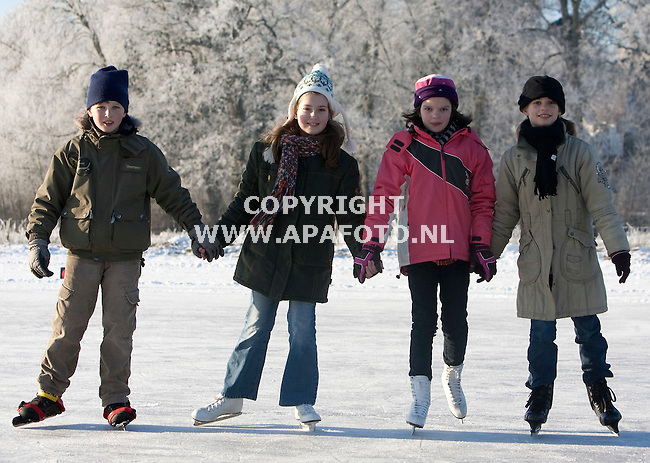 Renkum, 090109<br /> Vanaf de ijsbaan van ijsvereniging 'Vooruit' steeg vandaag een luchtballon op. <br /> Foto: Sjef Prins - APA Foto