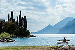 Italy, Veneto, Lake Garda, Malcesine: along lakeside promenade Via Lungolago towards district Val di Sogno | Italien, Venetien, Gardasee, Malcesine: entlang der Via Lungolago (Fussweg am See entlang) zum Ortsteil Val di Sogno