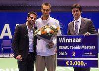 19-12-10, Tennis, Rotterdam, Reaal Tennis Masters 2010,   Winnaar REAAL RTM Thomas Schoorel ontvangt de prijs uit handen van Dhr. Stijn directeur verkoop REAAL en toernooi directeur Raemon Sluiter(L)