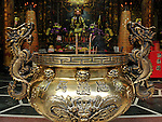 Bao-jhong Yi-min Temple, Kaohsiung -- Dragon and god figures in a Taoist temple.