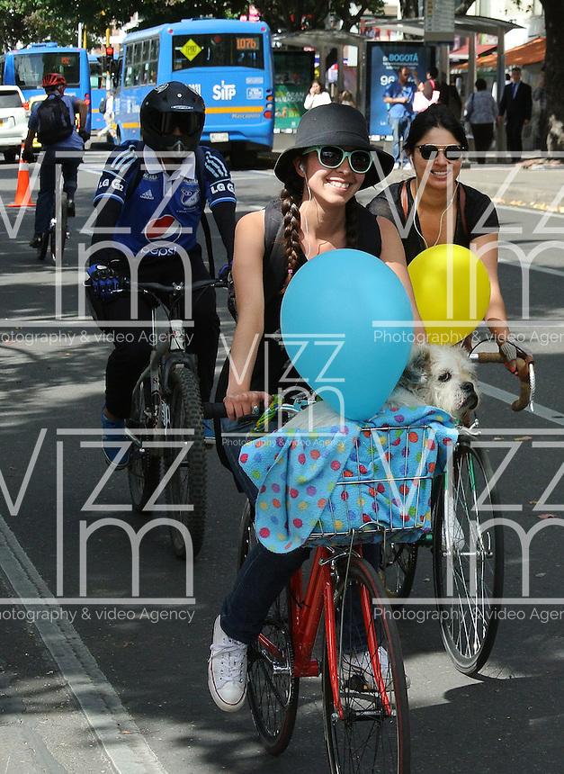 BOGOTÁ - COLOMBIA 22-09- 2015: Una ciclista pasea con su mascota hoy durante el Día sin Carro./ A biker  is seen with her pet today during the Car Free Day in Bogotá. Photo: VizzorImage / Gabriel Aponte / Staff