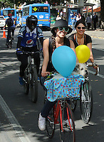 BOGOTÁ - COLOMBIA 22-09- 2015: Una ciclista pasea con su mascota hoy durante el Día sin Carro./ A biker  is seen with her pet today during the Car Free Day in Bogotá. Photo: VizzorImage / Gabriel Aponte / Staff