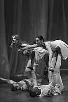 """Settacolo teatrale """"Psycopathia Sinpathica"""" della compagnia """"teatro in-stabile"""" che nasce nel 2008 nel carcere di Bollate, Milano, grazie all'attività della cooperativa Estia, con la regia di Michelina Capato Sartore, a sinistra nella foto"""