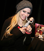 Avril Lavigne checked out the new Bratz: The Movie dolls in the celebrity gift lounge at the MMVAs. Canada's pop superstar chose brunette Jade as her<br /> favourite, while her hubby, SUM41's Derek Whibley, showed a preference for blondes when he chose the Cloe Bratz doll. (CNW Group/Bratz)