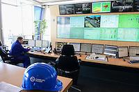 DEUTSCHLAND Hamburg, Hamburg Wasser Klaerwerk Koehlbrandhoeft, Staedtischer Energieversorger Hamburg Energie ein Tochterunternehmen von Hamburg Wasser, speist aufbereitetes Faulgas aus Abwasser, Klaerschlamm und Baggerschlamm ins Erdgasnetz ein, bei der Ausfaulung des Klaerschlamms entsteht Gas, das zu Erdgasqualitaet aufbereitet und ins Netz eingespeist wird, die Anlage wird jaehrlich 18 Millionen Kilowattstunden Biomethan einspeisen, damit koennen 3.600 Tonnen CO2 pro Jahr eingespart und bis zu 62.000 Kunden mit Biogas versorgt werden, Leitzentrale