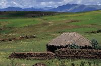 Amérique/Amérique du Sud/Pérou/Env de Cuzco : Habitat traditionnel et Cordillère des Andes