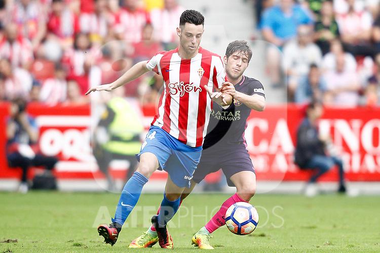 Sporting de Gijon's Burgui (l) and FC Barcelona's Sergi Roberto during La Liga match. September 24,2016. (ALTERPHOTOS/Acero)