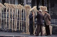 Europe/France/Auvergne/15/Cantal/Murat:Un jour de marché l'étal des rateaux [(Photo d'Archive: 1985)PHOTO D'ARCHIVES // ARCHIVAL IMAGES<br /> FRANCE 1980