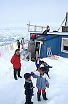 Enfants de Tassilaq jouant au bord de la banquise. Groënland (côte Est). Région d'Angmagssalik (Ammasalik ou Tassilaq). Children of Tassilaq playing in front of the ice floe. Greenland (East coast).
