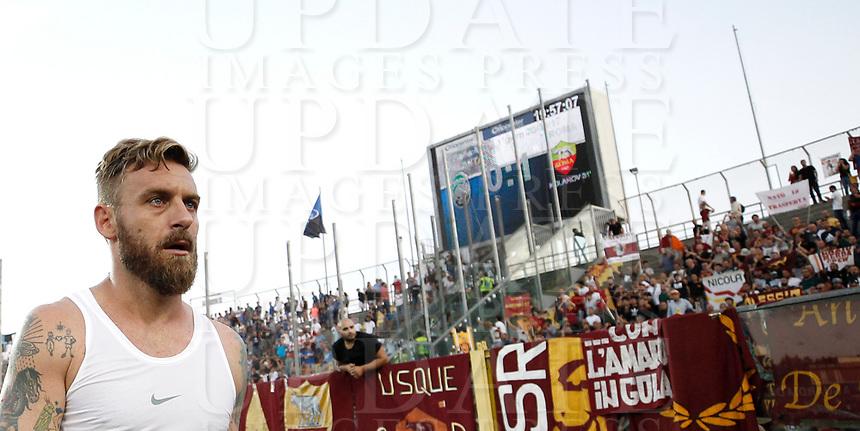 Calcio, Serie A: Bergamo, 20 agosto 2017. <br /> Roma's Daniele De Rossi celebrates at the end of the Italian Serie A football match between Atalanta and Roma at Bergamo's Atleti Azzurri d'Italia stadium. August 20, 2017.<br /> UPDATE IMAGES PRESS/Isabella Bonotto