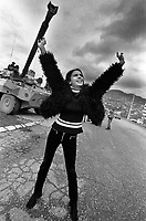 SARAJEVO / BOSNIA 1995.SANJA RISVANOVIC, FAMOSA FASHION-MODEL SARAJEVESE, ESPRIME LA SUA GIOIA PER GLI ACCORDI DI DAYTON CHE HANNO SANCITO LA FINE DELLA GUERRA IN BOSNIA..FOTO LIVIO SENIGALLIESI..SARAJEVO / BIH 1995.SANJA RISVANOVIC, FAMOUS SARAJEVO' FASHION-MODEL, WELCOME DAYTON PEACE AGREEMENT..PHOTO LIVIO SENIGALLIESI