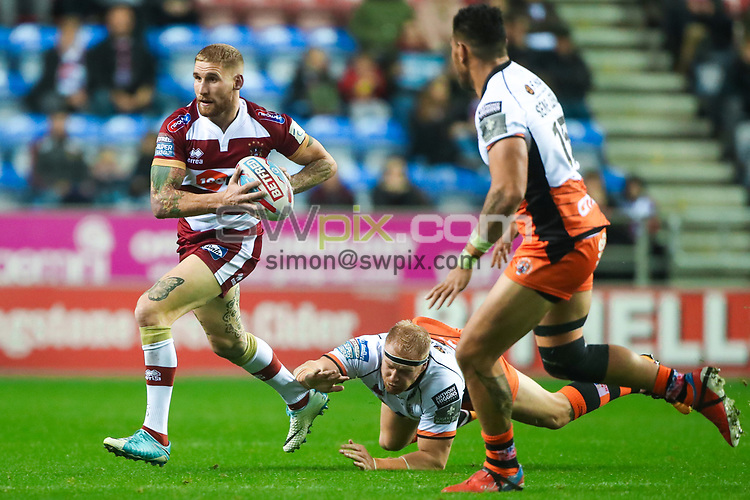 Picture by Alex Whitehead/SWpix.com - 05/10/2018 - Rugby League - Betfred Super League Semi-Final - Wigan Warriors v Castleford Tigers - DW Stadium, Wigan, England - Wigan's Sam Tomkins escapes the attempted tackle by Castleford's Oliver Holmes.