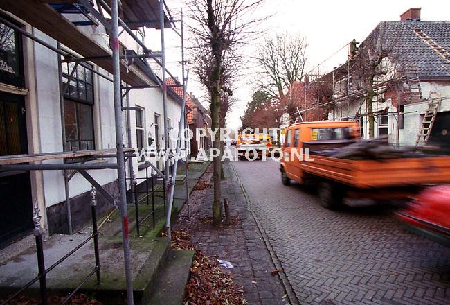 Batenburg,101299  Foto : Koos Groenewold (APA-Foto)<br />In de Grootestraat in het plaatje batenburg scheurt veel verkeer.Hierdoor ontstaat schade aan de huizen.omdat de weg hier eigenlijk niet geschikt voor is.Op de foto is te zien dat het verkeer vlak langs de huizen rijdt.<br /><br />Voor uitgebreid onderschrift:APA-redaktie (Job Slok)