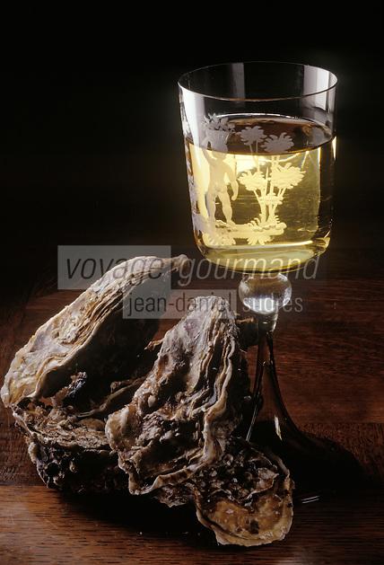 Europe/France/89/Bourgogne/Yonne/Chablis: Verre de Chablis et huitres