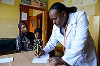 ETHIOPIA Taza Catholic Health Center / AETHIOPIEN Taza Catholic Health Center, Sr. Meskel Kelta und krankes Maedchen Bogalch Awka (10, Jahre) mit Mutter Abersn Awka und Vater Awka Wolebo)