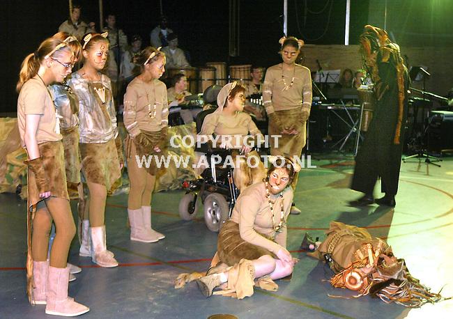 arnhem 130605 geestelijke en lichamelijk gehandicapte kinderen van scholengemeenschap Mariendaal voeren de Lion King op.<br />foto Frans Ypma APA-foto
