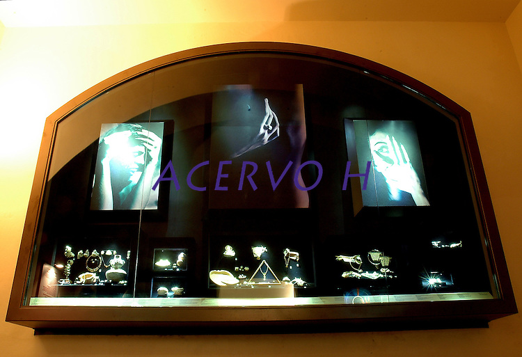 """ExposiÁ""""o de pedras preciosas e semi preciosas do pÛlo jolheiro que funciona no desativado presÌdio S""""o JosÈ, hoje conhecido como S""""o JosÈ Liberto.<br /> 01/11/2005<br /> BelÈm, Par·, Brasil<br /> Foto Lucivaldo Sena/Interfoto"""